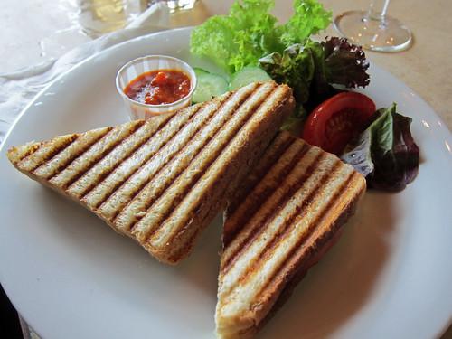 Toast mit schinken und käse, pikante paradeissauce
