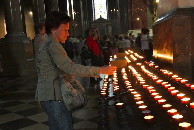 Chandelles à la basilique Saint-Étienne de Pest, Budapest, Hongrie