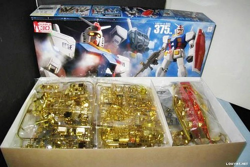 Mega Size 148 RX-78-2 Gold Coating (2)