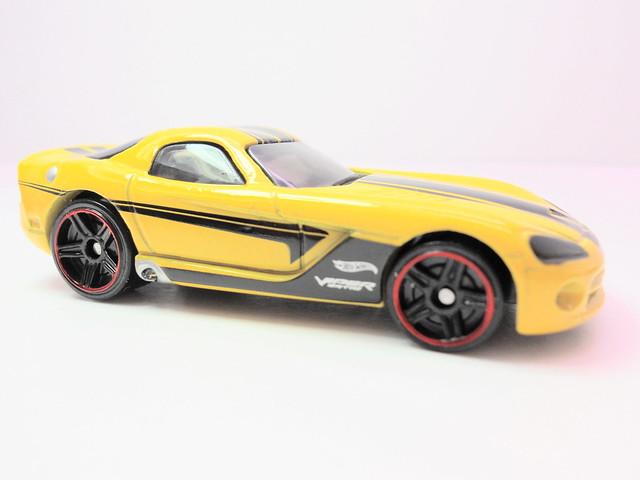 hot wheels decades '06 dodge viper yellow (2)
