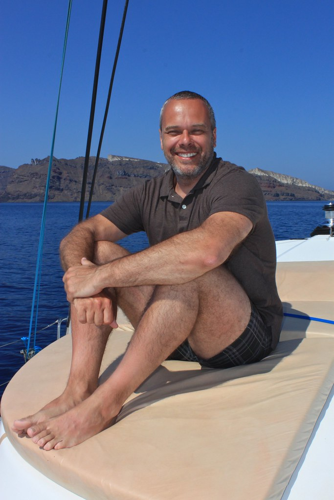 Marc sur le catamaran, Santorin, Grèce