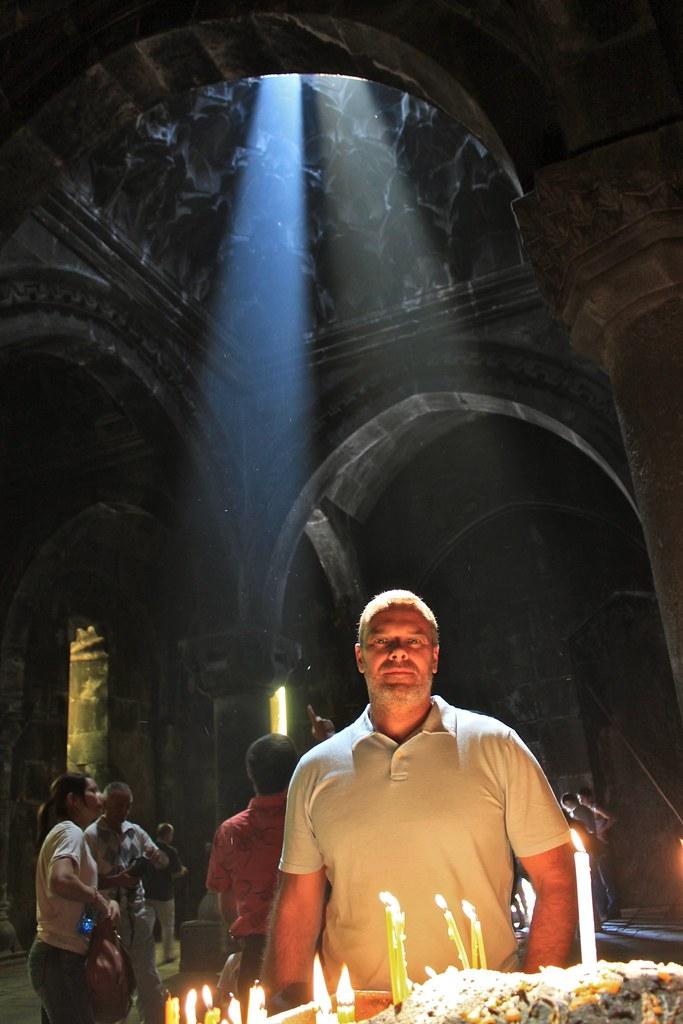 Marc en prière, monastère de Geghard, Arménie