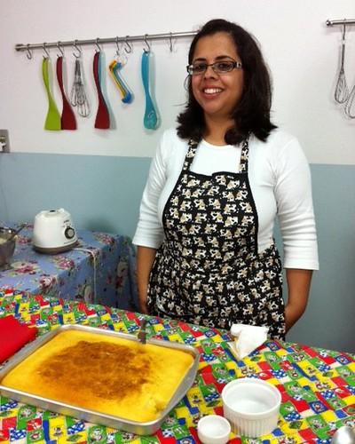 Eu e o bolo na cozinha da Yoki. Foto da Marina