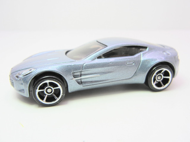 hot wheels aston martin one-77 (2)