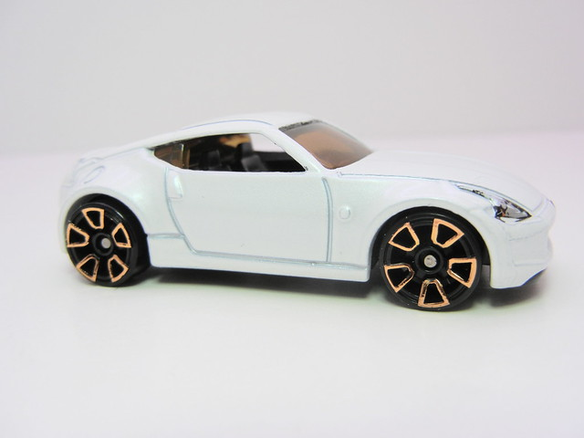hot wheels nissan 370Z white (2)