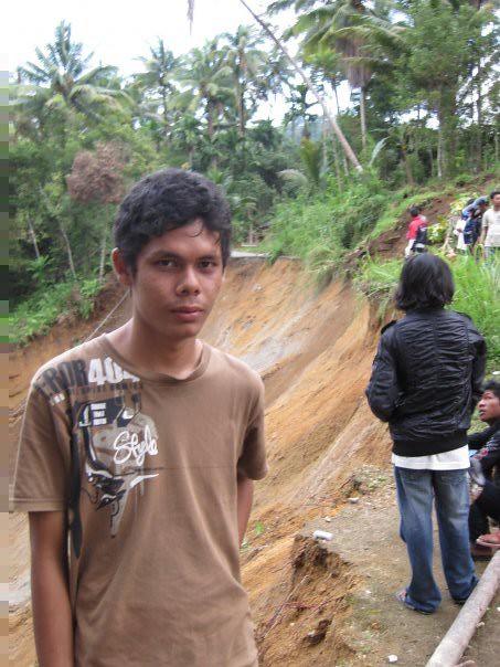 Bung Wino saat meninjau jalan putus di daerah Padang Alai Koto Malalak