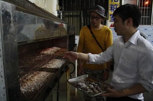 [台湾2.5] おお、エビが焼けてきてます。