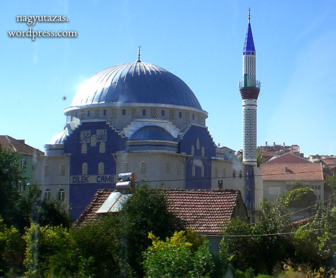 Égszínkékre festett mecset
