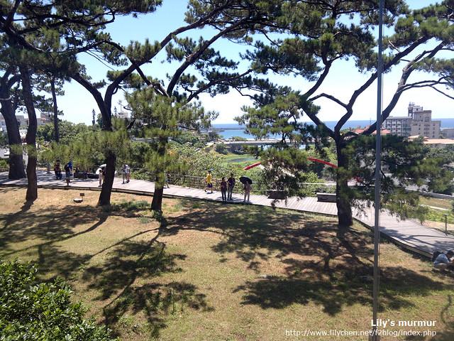 從松園別館的二樓往下看,老松、藍天、虹橋、遠海的層次感很棒。