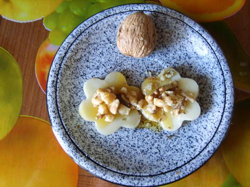 """foto """"Margherite di toma valdostana con miele di castagno e noci. Cheese daisies with chestnut honey and walnuts"""" by unpodimondo - flickr"""