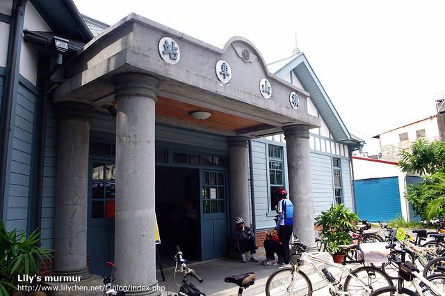 近拍旗山車站門口。有自行車隊在這裡休息。