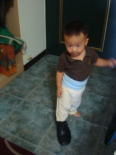 穿爸爸的鞋子