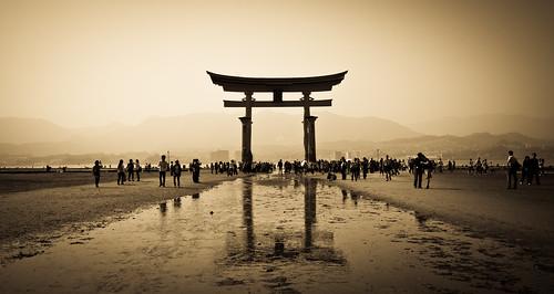 Big Torii Pilgrimage by arcreyes [-ratamahatta-]