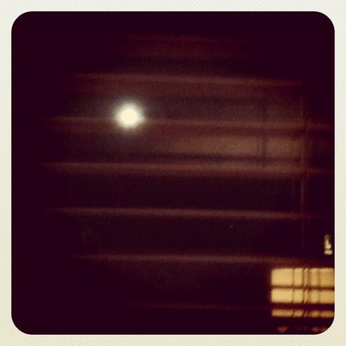 La luna esta noche desde mi ventana by rutroncal