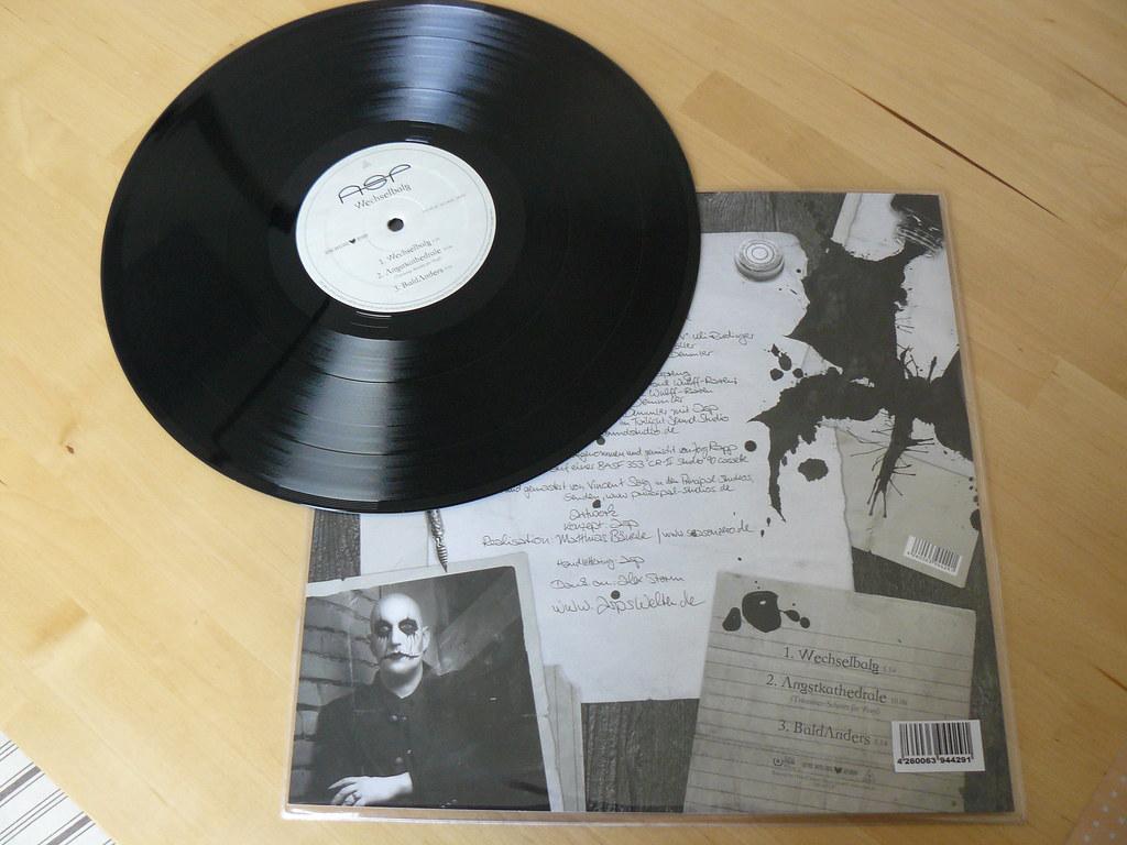 Die Vorderseite der Vinyl-Platte und die Rückseite des Vinyl-Inlays