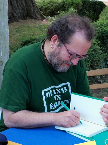 Chesús Yuste, firmando en la Feria del Libro de Jaca