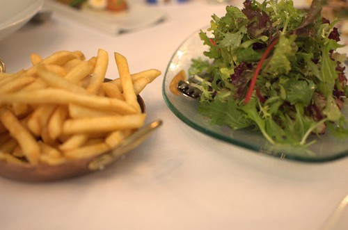 Chips, mesclun salad