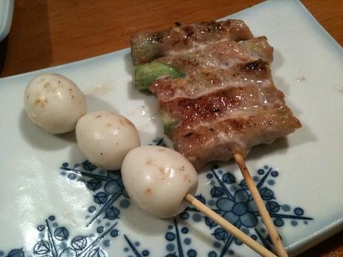串焼きのアスパラ巻き200円とうずら120円。@エビス参
