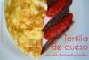 Tortilla de queso con salsa de pimiento y anchoas
