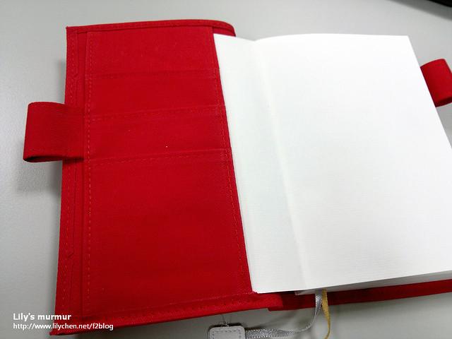 打開第一頁,左邊有卡夾,可以差一些書卡或者小貼紙、便利貼等。