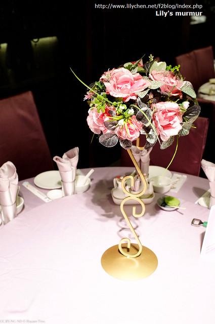 這是宴客餐廳提供的假桌花,視覺效果還不錯。替我們省了桌上裝飾,主桌餐椅的背後也有可愛的蝴蝶結跟花朵裝飾,所以餐廳內的佈置就不用費心了。