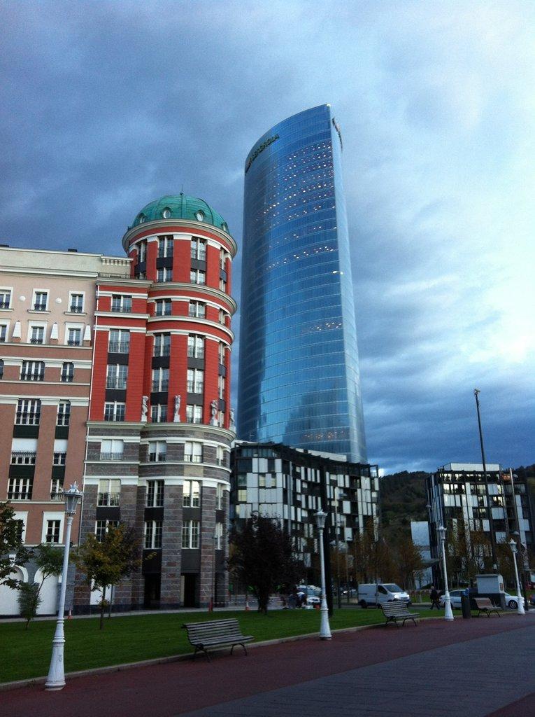 Torre Iberdrola, camino del Seminario Sociedad de la Información en el País Vasco (III), organizado por Socinfo