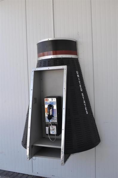 Cabina telefónica tipo nave, aquí cualquier cosa tiene su punto. El último viaje del Transbordador Espacial desde Cabo Cañaveral El último viaje del Transbordador Espacial desde Cabo Cañaveral 5922913304 7272984dfe o