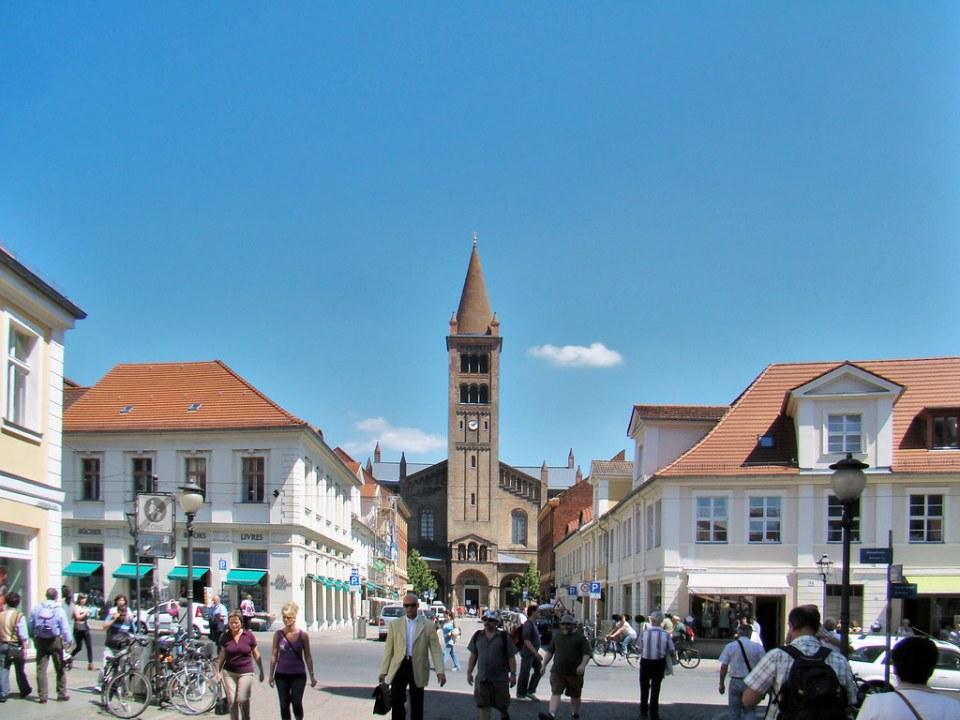 vista desde calle Brandenburger Straße exterior Iglesia de San Pedro y San Pablo Potsdam Alemania