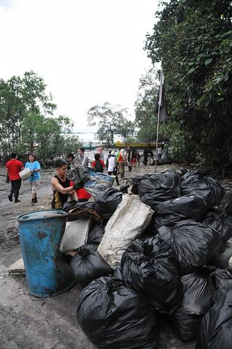 167pre-national-day-cleanup-lim_chu_kang-06aug2011[kpinto]