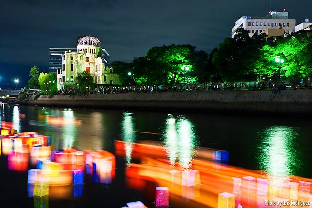 Toro nagashi en el aniversario de la bomba atómica de Hiroshima