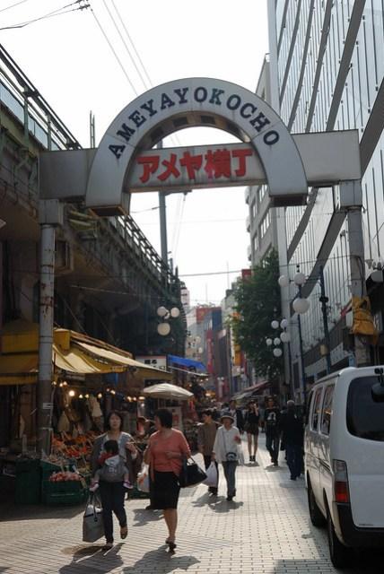 一條位在上野站旁的街道,據說裡頭比較平價,算是當地人比較會逛的地方
