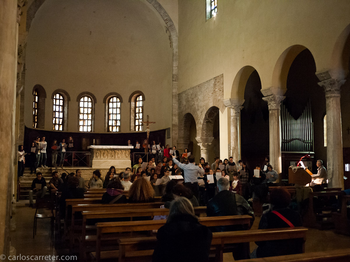 Un coro de niños y adolescentes ensaya - Basilica de San Francesco