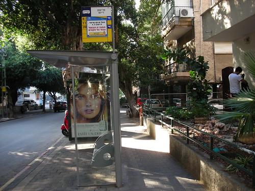 תחנת אוטובוס מבוטלת ברחוב פרישמן בתל-אביב