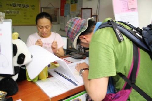 [台湾2.5] 台北のユースホステル、HOLOファミリーハウスでサイン。