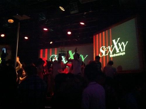 台湾のクラブLUXYでノリノリで踊る2人