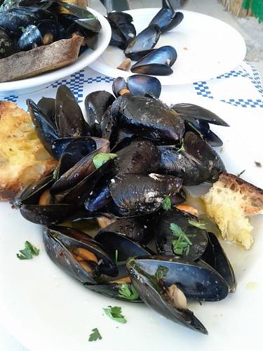 Pepata di cozze - peppered mussels on the beach in Puglia