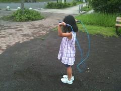公園で娘となわとびの練習中