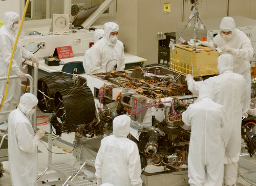 Installing SAM Instrument into Curiosity Mars Rover por NASA Goddard Photo and Video, en Flickr