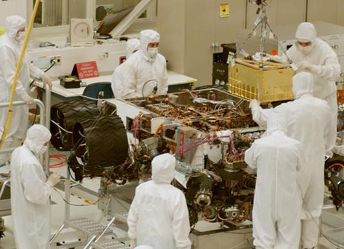 Installing SAM Instrument into Curiosity Mars Rover por NASA Goddard Photo and Video, en Flickr