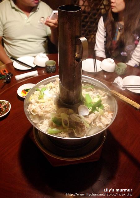 肉跟配料很豐富的酸白菜鍋,還不錯吃唷!