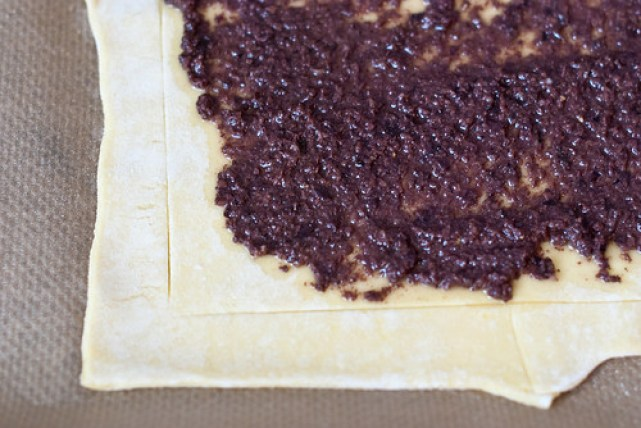 De pissaladière: bodem en eerste laagje van tapenade van zwarte olijven