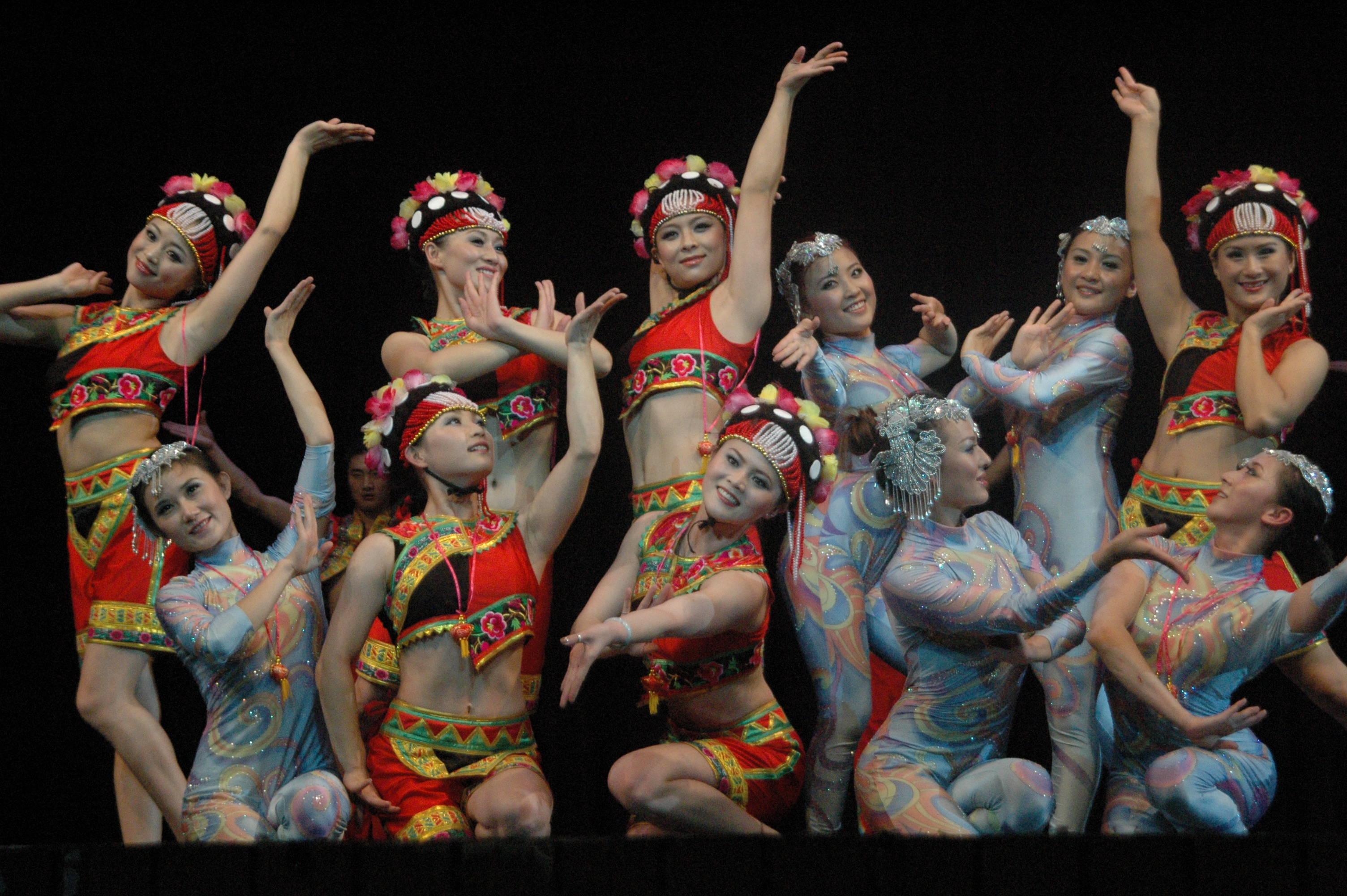 Folk & acrobatic dance from Yunan, China
