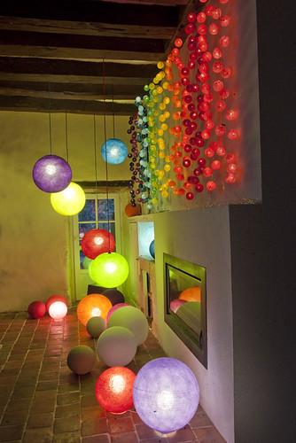 de la couleur... du sol au plafond ! Arc en ciel de guirlandes de 20 boules et luminaires de toutes tailles
