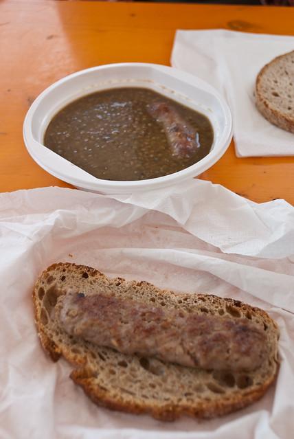 Linzensoep met gebraden worst op het Festa della Lenticchia: linzenfeest in Santo Stefano di Sessanio