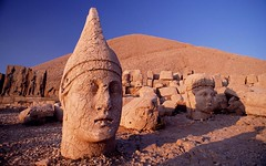 Kral Antiochus'un Dev Heykeli , Nemrut Dagi , Adiyaman, Türkiye (Colossal Head of Antiochus I, Nemrut, Adiyaman, Turkey), photographer unknown