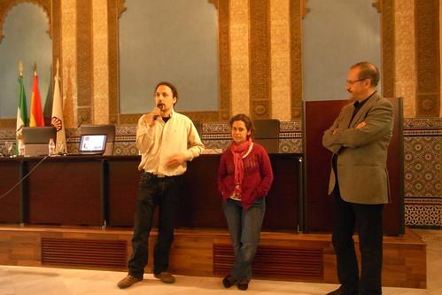 Angel Blazquez presentando a Nicolas Olea en el salón mudejar del Rectorado.