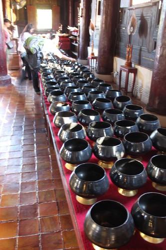 20120123_2501_Wat-Phan-Tao-alms-bowls