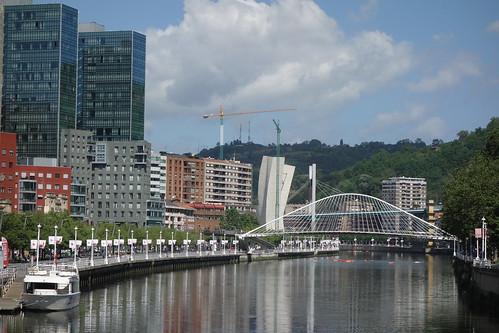 Le pont Zubizuri enjambe le fleuve élégamment.