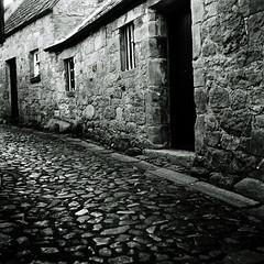 falkland (backroom.angel) Tags: 120 film mediumformat square mono scotland blackwhite fife hp5 vb rolleicord falkland orangefilter 500x500 innamoramento autaut