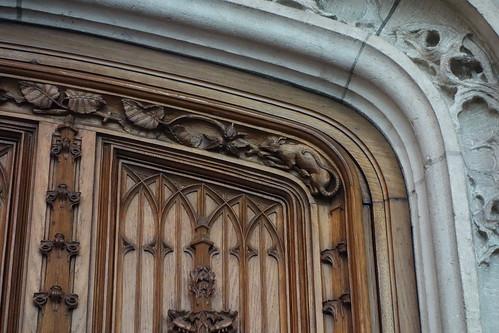 Sur la porte, un rat, clin d'oeil au nom de la ville qui a pourtant une autre origine.
